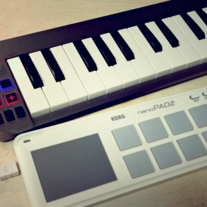 リズムを入れる目的で入手したKORG nanoPAD2と。机の上ではこの2つを使ってこれから音楽を打ち込むことに。